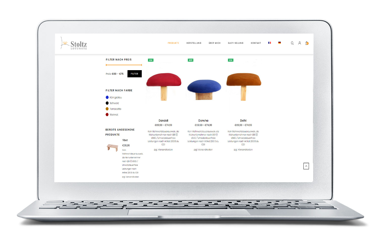 Das Bild zeigt einen Laptop mit der Produktübersicht des Onlineshops von Silence Meditation